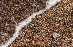 Close up dos fragmentos de vidro na praia imagem de stock royalty free