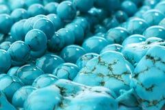close-up dos grânulos e das pedras de turquesa Imagens de Stock