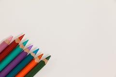 Close-up dos lápis coloridos arranjados em seguido Foto de Stock Royalty Free