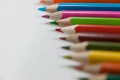 Close-up dos lápis coloridos arranjados em seguido Foto de Stock