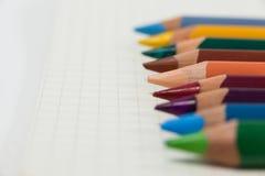 Close-up dos lápis coloridos arranjados em seguido Imagens de Stock Royalty Free