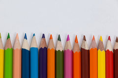 Close-up dos lápis coloridos arranjados em seguido Fotos de Stock