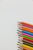 Close-up dos lápis coloridos arranjados em seguido Imagem de Stock Royalty Free