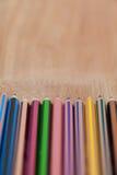 Close-up dos lápis coloridos arranjados em seguido Fotos de Stock Royalty Free