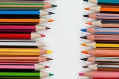 Close-up dos lápis coloridos arranjados em seguido Imagem de Stock