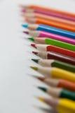 Close-up dos lápis coloridos arranjados em seguido Fotografia de Stock