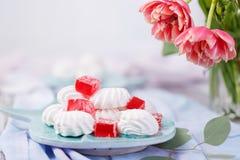 close-up dos marshmallows e do doce de fruta vermelho Foto de Stock Royalty Free