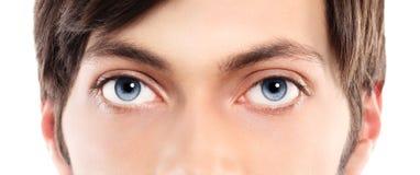 Close up dos olhos azuis de um homem novo Foto de Stock Royalty Free