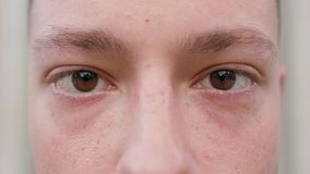 Close-up dos olhos do ` um s do homem video estoque