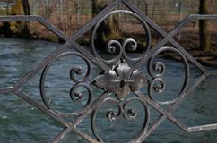 Close-up dos ornamento pretos do ferro de um corrimão do ` s da ponte fotos de stock