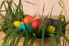 close-up dos ovos da páscoa em uma cesta Fotos de Stock Royalty Free