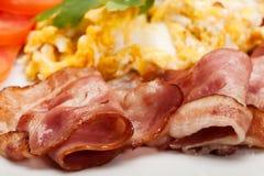 Close up dos ovos mexidos com bacon foto de stock