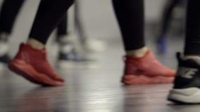 , Close-up dos pés de mulheres de passeio nas sapatilhas dos esportes a??o As sapatilhas das mulheres à moda para esportes ou apt vídeos de arquivo