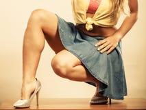 Close up dos pés 'sexy' da mulher nos saltos altos e na saia Fotos de Stock