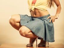 Close up dos pés 'sexy' da mulher nos saltos altos e na saia Imagens de Stock Royalty Free