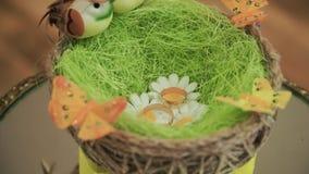 Close up dos pares dois da cesta do casamento do anel exterior grampo Alianças de casamento na cesta no ramalhete nupcial filme
