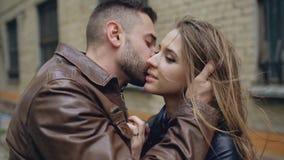 Close up dos pares loving felizes que beijam e que abraçam quando caminhada do havinhg na rua da cidade fotos de stock royalty free