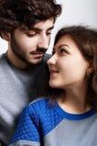 Close-up dos pares novos do moderno que estão perto de se que olha com amor e sensualidade Vista afetuosa nova dos pares imagem de stock royalty free