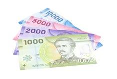 Close up dos pesos chilenos coloridos isolados no branco