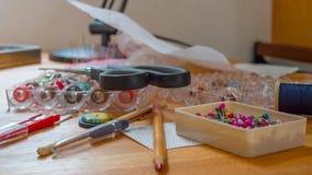 Close-up dos pinos da costura na tabela, conceito do passatempo Imagens de Stock Royalty Free