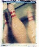 Close up dos pinos de boliches velhos da antiguidade do vintage com listras vermelhas Fotografia de Stock Royalty Free