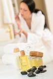 Close-up dos produtos e das toalhas do cuidado do corpo do banheiro Foto de Stock