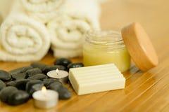 Close-up dos produtos e das toalhas do cuidado do corpo dos termas Imagem de Stock Royalty Free