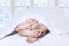 Close-up dos pés dos pares que afagam 1 Imagem de Stock Royalty Free