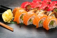 Close up dos rolos de sushi Alimento japonês no restaurante Role com o caviar dos salmões, da enguia, dos vegetais e dos peixes d foto de stock royalty free