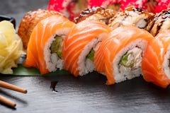 Close up dos rolos de sushi Alimento japonês no restaurante Role com o caviar dos salmões, da enguia, dos vegetais e dos peixes d imagem de stock