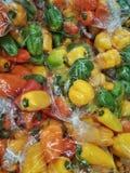 Close up dos sacos de pimentos alaranjados e amarelos verdes vermelhos orgânicos frescos Imagem de Stock
