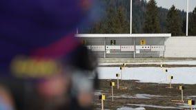 Close-up dos tiros do atleta no alvo Biathlon do esporte vídeos de arquivo