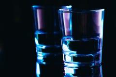 Close-up dos vidros bebendo em um fundo escuro Fotografia de Stock