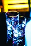 Close-up dos vidros bebendo em um fundo escuro Fotos de Stock Royalty Free