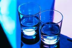 Close-up dos vidros bebendo em um fundo escuro Imagem de Stock