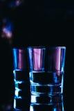 Close-up dos vidros bebendo em um fundo escuro Foto de Stock Royalty Free