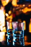 Close-up dos vidros bebendo em um fundo escuro Imagens de Stock