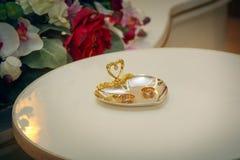 Close up dourado das alianças de casamento Imagens de Stock Royalty Free