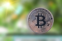 Close up dourado de Bitcoin fotografia de stock royalty free