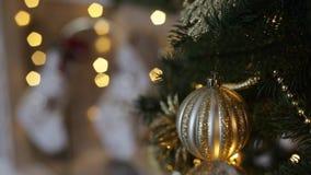 Close up e fogo da árvore de Natal na chaminé no fundo video estoque