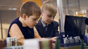 Close-up Eduque os estudantes que studing sobre o poder alternativo no laboratório da escola video estoque