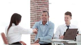 close-up een handdruk van een Manager en een werknemer in het bureau stock afbeeldingen