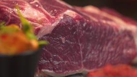 Close-up Een stuk van vlees valt op de raad voor het koken, Langzame motie stock videobeelden