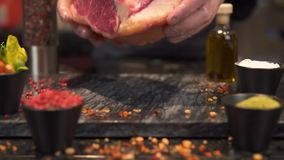 Close-up Een stuk van vlees valt op de raad voor het koken, Langzame motie stock footage