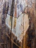 Close-up in een textuur van de boomboomstam in de vorm van een hart wordt gesneden dat royalty-vrije stock foto's