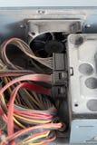 Close up eletrônico do hardware do PC empoeirado com foco seletivo e borrão foto de stock