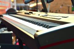 Close up eletrônico das chaves de teclado do piano em preto e branco Foto de Stock Royalty Free