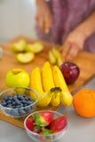 Close up em frutos e corte da mulher no fundo Fotografia de Stock
