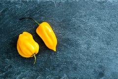 Close up em pimentas de pimentão na carcaça de pedra Imagens de Stock Royalty Free