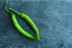 Close up em pimentas de pimentão verdes na carcaça de pedra Imagens de Stock Royalty Free
